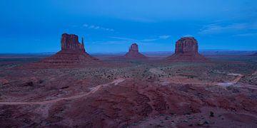 Blaue Stunde im Monument Valley von Monique Pouwels