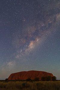 Melkweg boven Uluru, Australië van Marcel Saarloos