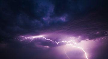 Blitze am dunklen Nachthimmel von Sjoerd van der Wal