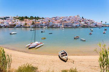 Kleine Boote liegen im Hafen am Standort in Portugal von Ben Schonewille