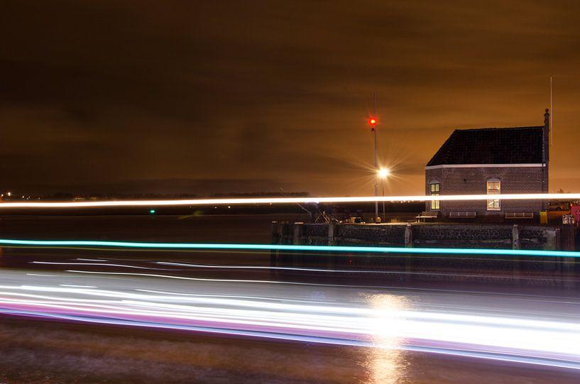 Douanehuis in Maassluis met passerend schip van Maurice Verschuur