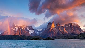 Torres del Paine massief bij dageraad van Dieter Meyrl