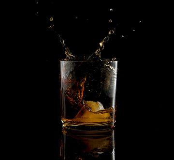 fallende Eiswürfel in einem Glas Whisky von Compuinfoto .