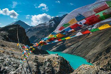 De gebedsvlaggetjes wapperen in de bergen, Tibet van