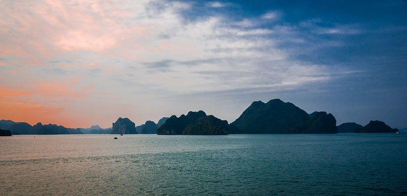 Avond in Ha Long Bay, Vietnam van Rietje Bulthuis