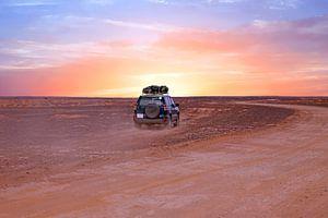Reizen door de Sahara woestijn in Marokko met zonsondergang