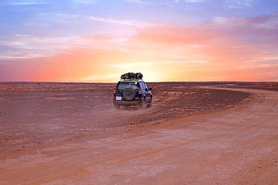 Reizen door de Sahara woestijn in Marokko met zonsondergang van Nisangha Masselink
