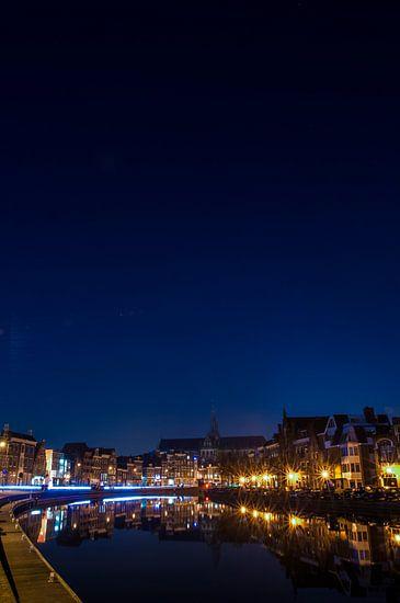 Nachtfoto van Haarlem over het Spaarne met zicht op de Bavo Kerk