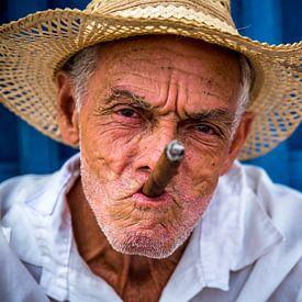 Cubaanse man met cubaanse sigaar van Manon Ruitenberg
