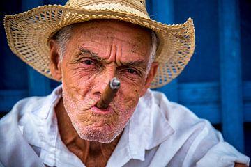 Kubanischer Mann mit kubanischer Zigarre von Manon Ruitenberg