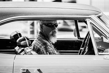 Mann mit Bart in Plymouth Roadrunner von Lolke Bergsma