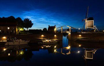 Leuchtende Nachtwolken über der Festungsstadt Heusden