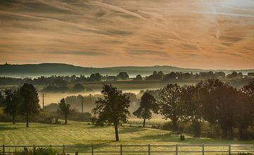 landschap met heuvels in de  mist en morgenrood in belgie van Compuinfoto .
