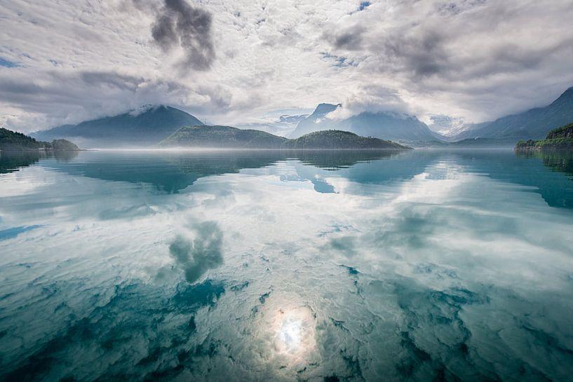 Reflectie van bergen en wolken van Ellis Peeters
