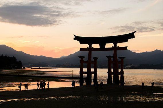Itsukushima-schrijn, Miyajima, Japan bij zonsondergang