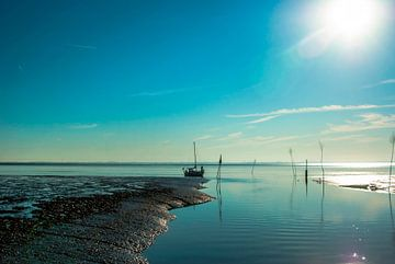Hafeneinfahrt im Wattenmeer mit Segelboot von Norbert Sülzner