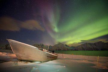Polarlicht über einem Fischerboot in Norwegen von Marco Verstraaten