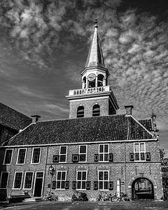 De kerktoren van Appingedam met wolkenlucht in zwart/wit