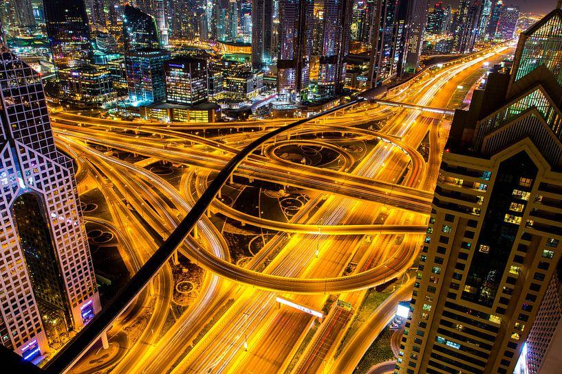 Sheikh Zayed road Dubai in de nacht van Sjoerd Tullenaar