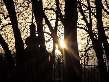 Slhouet van landgoed en kasteel met late zonnestralen van Anneriek de Jong