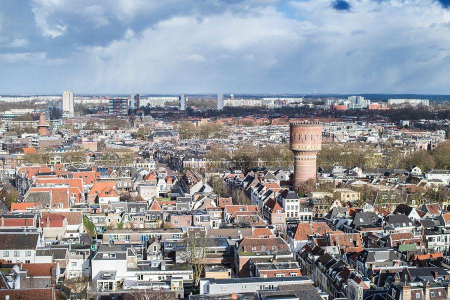 Uitzicht over de Utrechtse binnenstad met de watertoren aan de Lauwerhof