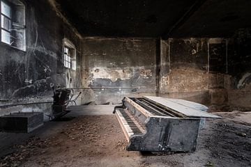 Donkere Verlaten Piano. van Roman Robroek