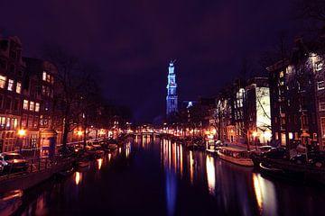 De Westerkerk in Amsterdam bij nacht in het blauw van Nisangha Masselink