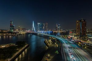 De skyline van Rotterdam in de avond