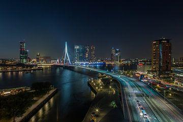 De skyline van Rotterdam in de avond van