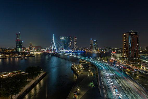 De skyline van Rotterdam in de avond van MS Fotografie