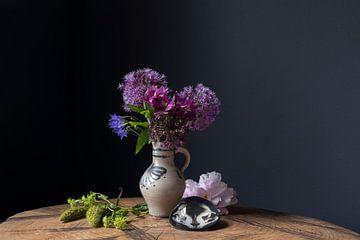 Stilleben mit Kölner Topf und violetten Blumen von Affectfotografie