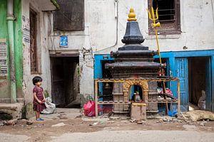 Nepalees meisje op een kleurrijk plein in Kathmandu. Wout Kok One2expose
