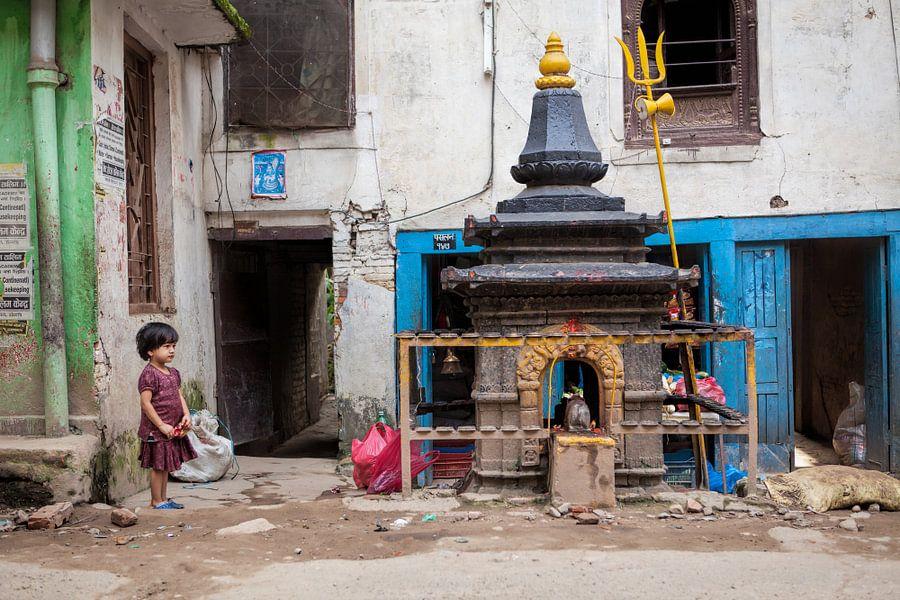 Nepalees meisje op een kleurrijk plein in Kathmandu. Wout Kok One2expose van Wout Kok