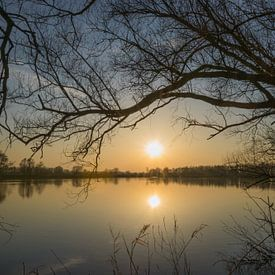 Coucher de soleil sur un lac sur Patrick Verhoef