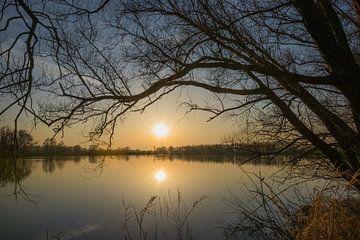 Zonsondergang boven een meer