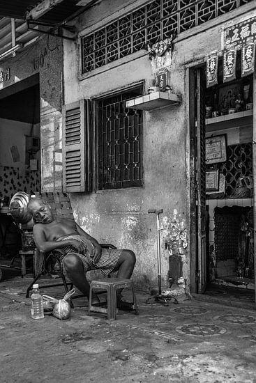 Oude Vietnamees aan het dutten