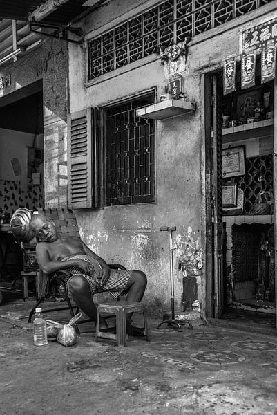 Oude Vietnamees aan het dutten van Manon Ruitenberg