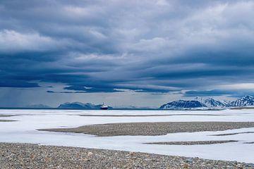 Landschap met donkere wolken op Spitsbergen van Merijn Loch