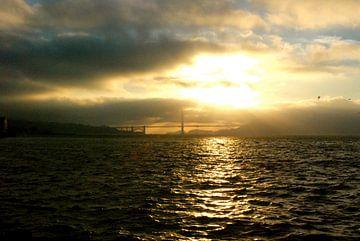 Sunset on Golden Gate, San Francisco, California van Samantha Phung