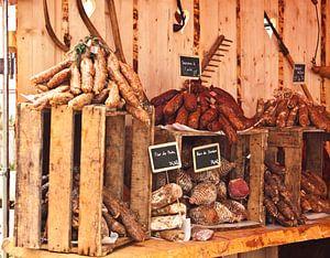 vleeswaren op een oude traditionele markt van