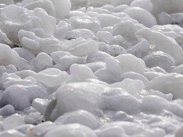 Ice-covered Pebble Beach van Jörg Hausmann