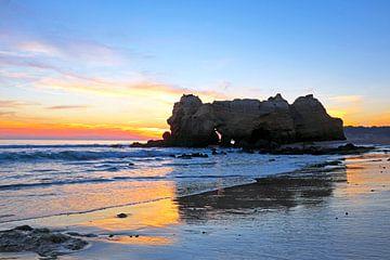 Het strand Praia da Rocha Portimao in de Algarve Portugal bij zonsondergang van Nisangha Masselink