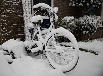 een fiets bedekt met een dik pak sneeuw