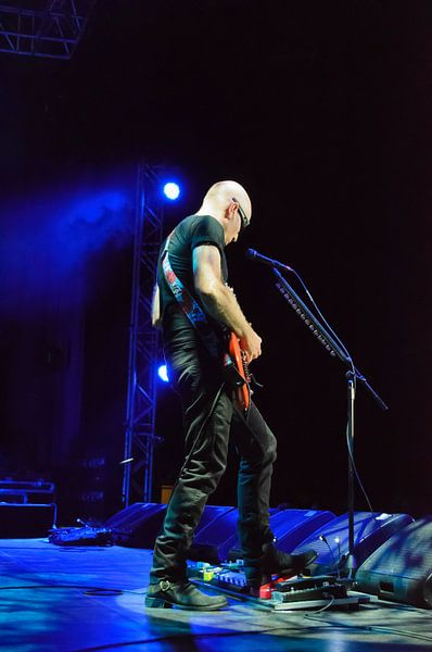 Joe Satriani geconcentreerd.