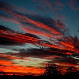 Vuurrode wolken bij zonsondergang van Joyce Derksen