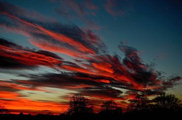 Vuurrode wolken bij zonsondergang von Joyce Derksen