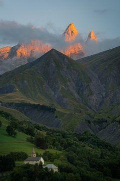 Die schönen Gipfel der Aiguilles d'Arves in den französischen Alpen im letzten Sonnenlicht. von Jos Pannekoek