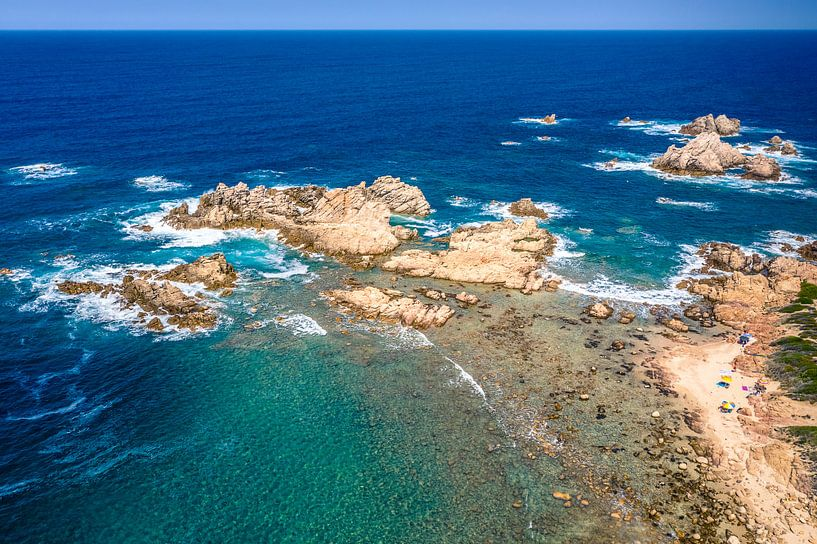 Klein strandje aan de kust van Sardinië van Bernardine de Laat