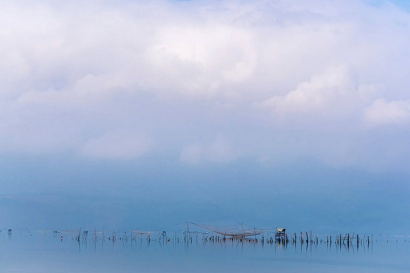 Visnetten in de nevel, Vietnam van Rietje Bulthuis