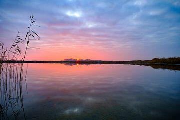 Winterse zonsondergang over een leeg meer tijdens een mooie avond van Sjoerd van der Wal